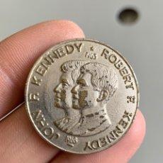 Medallas históricas: MEDALLA. HERMANOS KENNEDY. 1963. Lote 188724830