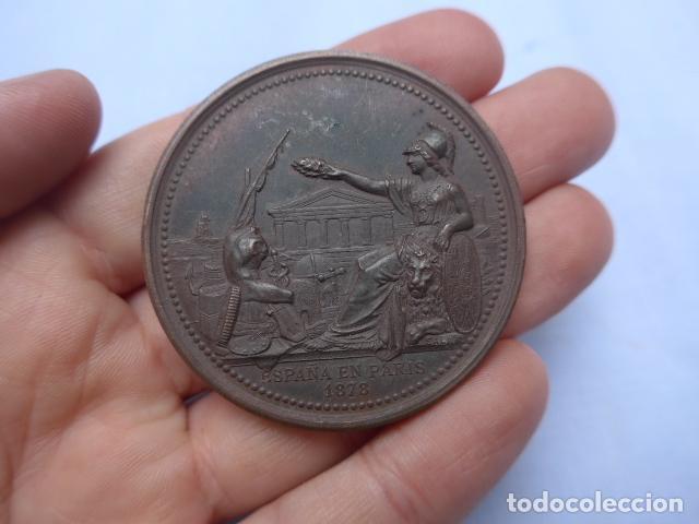 * ANTIGUA MEDALLA DE MANO DE ESPAÑA EN PARIS, 1878, FRANCIA. ORIGINAL. ZX (Numismática - Medallería - Histórica)