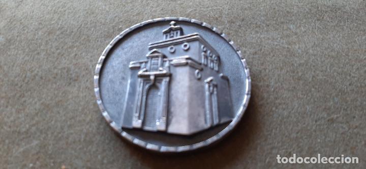 Medallas históricas: SEMANA SANTA DE HUELVA - MEDALLA CONMEMORATIVA BENDICION TEMPLO Y CASA HDAD CRISTO MISERICORDIA 2004 - Foto 2 - 194990088