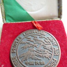 Medallas históricas: MEDALLA DE BRONCE. CHINESE PEOPLES LIBERATION ARMY AIR FORCE. CON ESTUCHE. 5 CM DIAM.. Lote 195943170