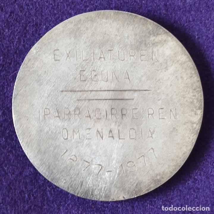 Medallas históricas: MEDALLA DE DABEDEINKATUA EUZKALDUNEN ARTEAN. EXILIATUREN EGUNA. IPARAGIRREREN OMENALDIA. 1877 - 1977 - Foto 2 - 197711673
