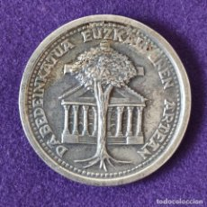 Medallas históricas: MEDALLA DE DABEDEINKATUA EUZKALDUNEN ARTEAN. EXILIATUREN EGUNA. IPARAGIRREREN OMENALDIA. 1877 - 1977. Lote 197711673