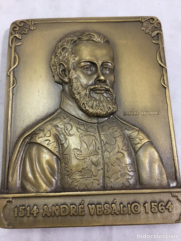 MEDALLA DE MANO PLACA DE BRONCE ANDRÉ VESÁLIO. CABRAL ANTUNES PORTUGAL GRAN CALIDAD NUMERADA 351/750 (Numismática - Medallería - Histórica)