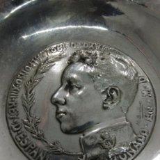 Medallas históricas: ANTIGUO MEDALLÓN PLACA 7 CM CORONACIÓN ALFONSO XIII FIRMADO M. BENLLIURE 1902 EN PLATO. Lote 210588211