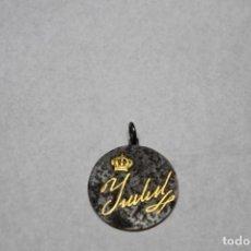 Medallas históricas: MEDALLA DE ISABEL II, RECORDATORIO DEL DÍA DE SU FALLECIMIENTO. Lote 211473460