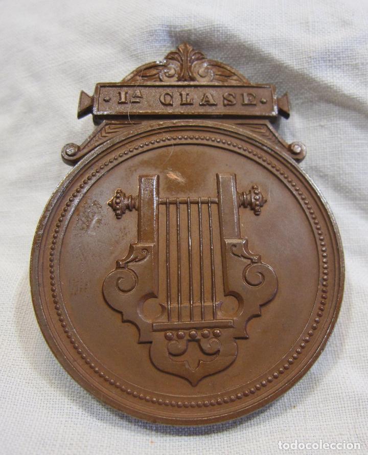MEDALLA DE 1ª CLASE. CONSERVATORIO DE MÚSICA DEL LICEO DE YSABEL II, BARCELONA 5,6 X 4,2 CM. (Numismática - Medallería - Histórica)