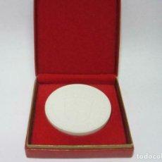 Medallas históricas: MEDALLA DE PORCELANA - 700 J. SENFTENBERG - 30 AÑOS 1979 REPÚBLICA FEDERAL ALEMANA 65 MM. VER FOTOS. Lote 217013996