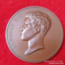 Medallas históricas: MEDALLA DE BRONCE DE ALFONSO XIII, VISITA A LA FÁBRICA NACIONAL DE MONEDA Y TIMBRE, 1904, 5 CM DIAM.. Lote 218739390