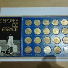 Medallas históricas: MEDALLAS FICHA SHELL 1969 COLECCION COMPETA LA EPOCA DEL ESPACIO. 20 UNIDADES Y EXPOSITOR. Lote 222193161