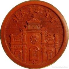 Medallas históricas: CHINA. MEDALLA CATEDRAL CATÓLICA DE PEKIN. LACA ROJA. CON ESTUCHE DECORADO. Lote 222248248