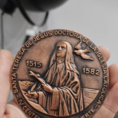 Medallas históricas: MEDALLA DE BRONCE - JUAN PABLO II IV CENTENARIO DE LA MUERTE DE SANTA TERESA DE JESUS - 8 CM. Lote 228615905