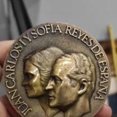 Medallas históricas: MEDALLA BRONCE RELIEVE 1984 VALLADOLID DIA DE LAS FUERZAS ARMADAS. JUAN CARLOS I Y SOFIA. 7CM. Lote 228617265