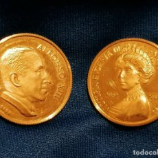 Medallas históricas: PAREJA DE MEDALLAS DE ORO DE 22 QUILATES. ALFONSO XIII Y VICTORIA EUGENIA DE BATTENBERG. Lote 235125640