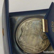 Medallas históricas: MEDALLA DEL PAPA PABLO VI, AÑO SANTO 1975, PESA 61 GRAMOS DIAMETRO 50 MM, EN CARTERA ORIGINAL. Lote 235319215
