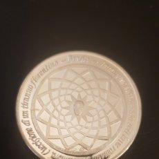 Medallas históricas: MEDALLA DE PLATA STERLING DE 40 GRAMOS. Lote 236195960