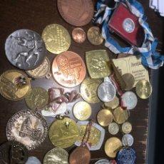 Medallas históricas: LOTE MÁS 30 TOKENS MEDALLAS MONEDAS TESOROS VER FOTOS. Lote 236827905