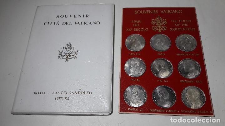 CARPETA SOUVENIR CITTA DEL VATICANO ROMA CASTELGANDOLFO AÑO 1983-84, 9 MONEDAS DIFERENTAN PAPAS (Numismática - Medallería - Histórica)