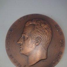 Medallas históricas: MEDALLA JUAN CARLOS I REY DE ESPAÑA 22 NOVIEMBRE 1975 8 CENTIMETROS. Lote 245261035
