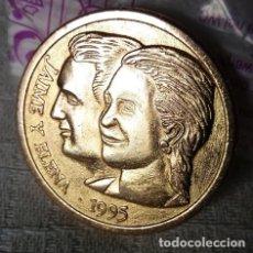 Medallas históricas: MEDALLA CONMEMORATIVA DE LA BODA DE ELENA Y JAIME EN SEVILLA EN 1995. Lote 246542735