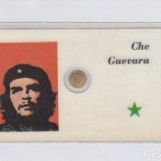 Medallas históricas: CHE GUEVARA. TARJETA PLASTIFICADA CON PEQUEÑA MEDALLITA DE 1 CTM.. Lote 246579460