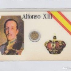 Medallas históricas: ALFONSO XIII. TARJETA PLASTIFICADA CON PEQUEÑA MEDALLITA DE 1 CTM.. Lote 246579640