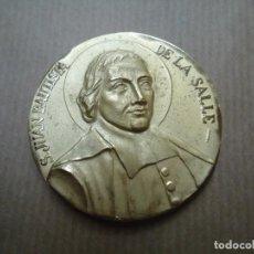 Medallas históricas: MEDALLA S. JUAN BAUTISTA DE LA SALLE BRONCE IMPECABLE 5 CM. DE DIÁMETRO EN BUEN ESTADO. Lote 254684165