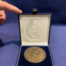 Medallas históricas: MEDALLA GENEALOGIA HERALDICA NOBILIARIA 1AS JORNADAS 1992 ESPAÑA CASA AMERICA 4X60MM. Lote 260029680