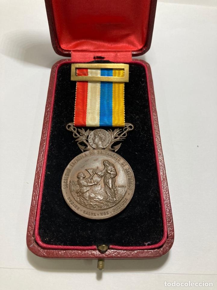 MEDALLA DE BRONCE DE SALVAMENTO DE NÁUFRAGOS AÑO 1906 ALFONSO XIII EN SU CAJA ORIGINAL (Numismática - Medallería - Histórica)