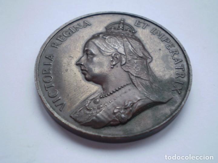 Medallas históricas: 76SCD14 Gran Bretaña 1897 Jubileo de Diamantes de la Reina Victoria medalla de bronce - Foto 2 - 269982353