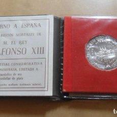 Medallas históricas: MEDALLA PLATA CONMEMORATIVA RETORNO RESTOS ALFONSO XIII - 1980. Lote 296683018