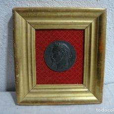 Medallas históricas: MEDALLÓN ANTIGUO DE NAPOLEÓN III. (6,5 CM). MARCO DE MADERA, ESTUCO Y PAN DE ORO.. Lote 296720053