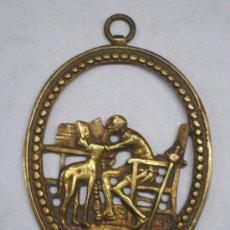 Medallas temáticas: ANTIGUA MEDALLA DE BRONCE TROQUELADA, IMAGEN DE DON QUIJOTE LEYENDO JUNTO A SU GALGO. 9X11.. Lote 26530167