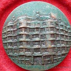 Medallas temáticas: MEDALLA EN BRONCE, LA PEDRERA, GAUDI SALON INTER. TURISMO. FERIA DE BARCELONA 1986. FIRMA PUJOL.. Lote 26862828