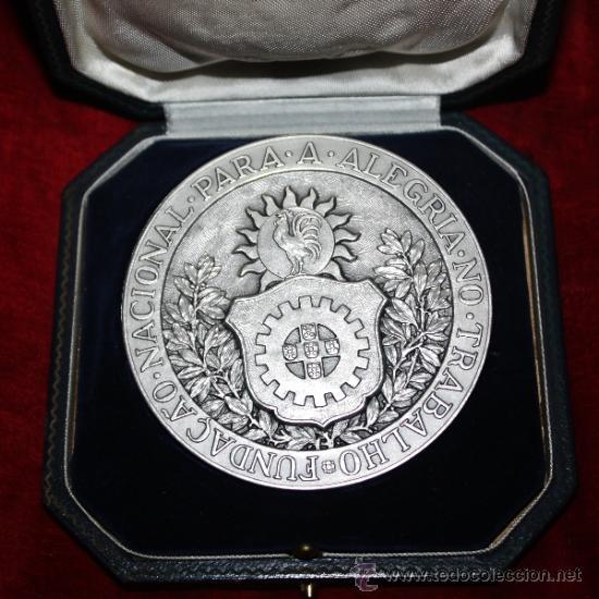 MEDALLON DE PORTUGAL EN SU CAJA FUNDACAO NACIONAL PARA A ALEGRIA NO TRABALHO (Numismática - Medallería - Temática)