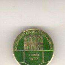 Medallas temáticas: MEDALLA CON AGUJA XV CONGRESO ARQUEOLOGICO NACIONAL - LUGO - GALICIA 1977 ESMALTADO. Lote 42057080