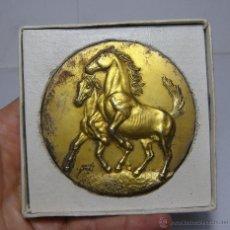Medallas temáticas: ANTIGUA MEDALLA O MEDALLÓN. FERIA DEL CABALLO - JEREZ (7,5 CM). Lote 86352472