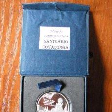 Medallas temáticas: MONEDA CONMEMORATIVA VIRGEN DE COVADONGA BAÑO PLATA. Lote 50218987