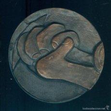 Medallas temáticas: NUMULITE FIGURA 0012 MEDALLA CONMEMORATIVA PABLO PICASSO FIRMA F. TOLEDO MANOS GUERNIKA 7,8 CM. Lote 56613612
