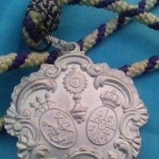 Medallas temáticas: MEDALLA EN CALAMINA CON CORDON DE LA HERMANDAD DE SAN ROQUE SEMANA SANTA DE SEVILLA. Lote 57755312