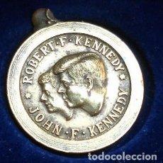 Medallas temáticas: CURIOSA Y ANTIGUA MEDALLA EN BRONCE O LATÓN DE ROBERT Y JOHN KENNEDY CON UNA FRASE EN ESPAÑOL. Lote 61671692
