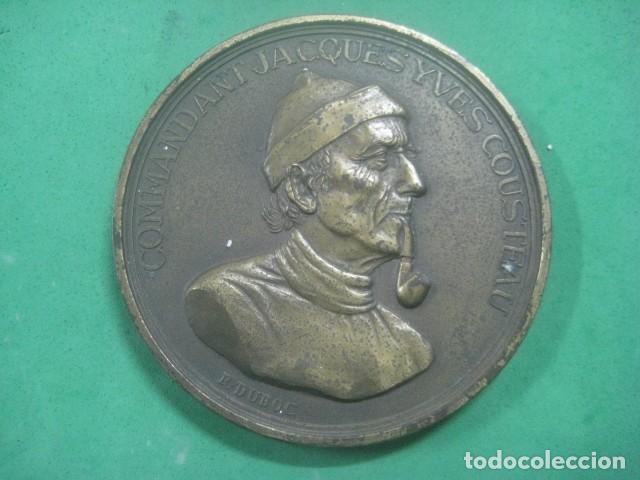 ENORME MEDALLA DE BRONCE CINCELADO DE JACQUES YVES COUSTEAU Y SU BARCO EL CALYPSO, 210 GRAMOS (Numismática - Medallería - Temática)