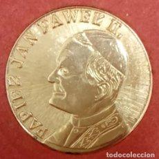 Medallas temáticas: BONITA MONEDA DEL PAPA JUAN PABLO II CHAPADA EN ORO Y EN SU BLISTER ORIGINAL POLONIA AÑOS 80. Lote 64082887