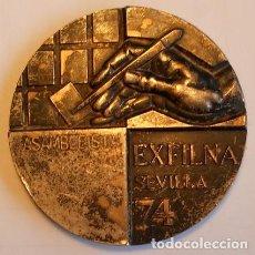 Medallas temáticas: MEDALLA - EXFILNA SEVILLA 74 - OTORGADA A UNO DE LOS ASAMBLEISTAS - FILATELIA. Lote 73028347