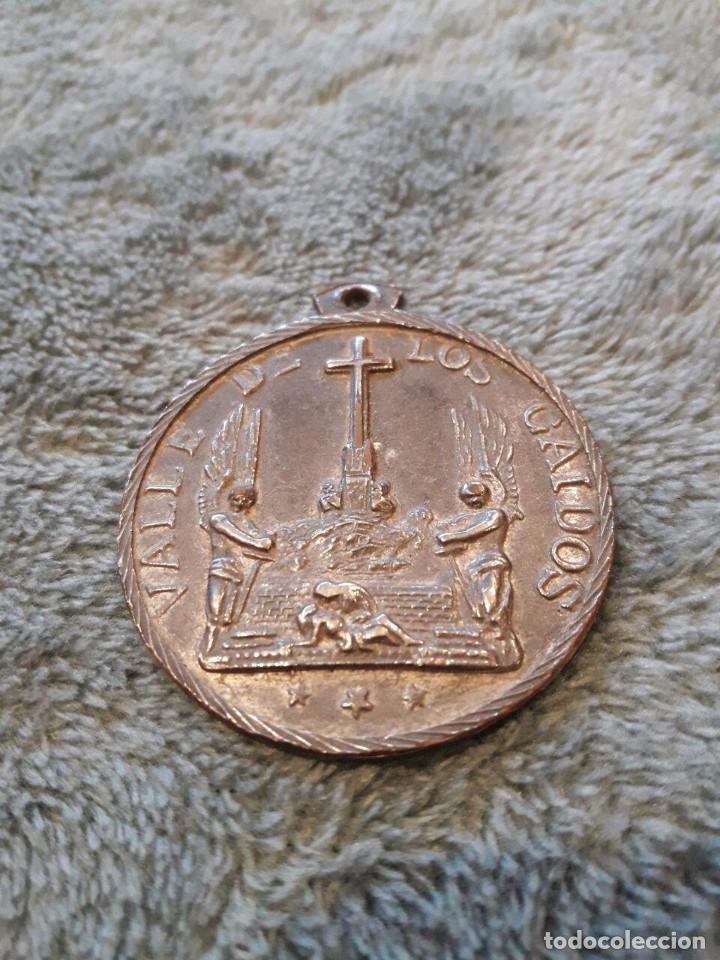 MEDALLA VALLE DE LOS CAÍDOS Y EN REVERSO FRANCISCO FRANCO 1892-1975 / 4 CMS. (Numismática - Medallería - Temática)
