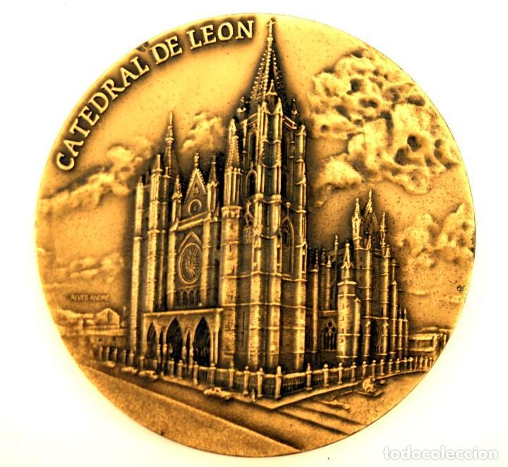 MEDALLÓN CATEDRAL DE LEÓN - BRONCE - ESCULTOR ALVES ANDRÉ - S. XX (Numismática - Medallería - Temática)