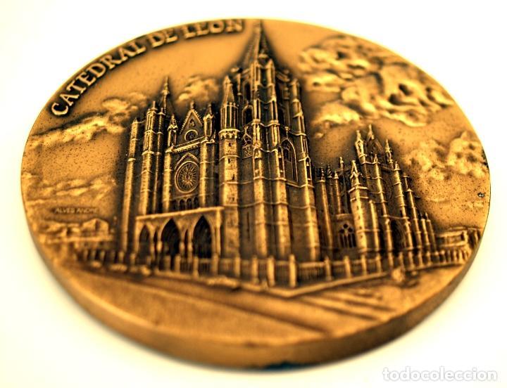 Medallas temáticas: MEDALLÓN CATEDRAL DE LEÓN - BRONCE - ESCULTOR ALVES ANDRÉ - S. XX - Foto 6 - 84617272