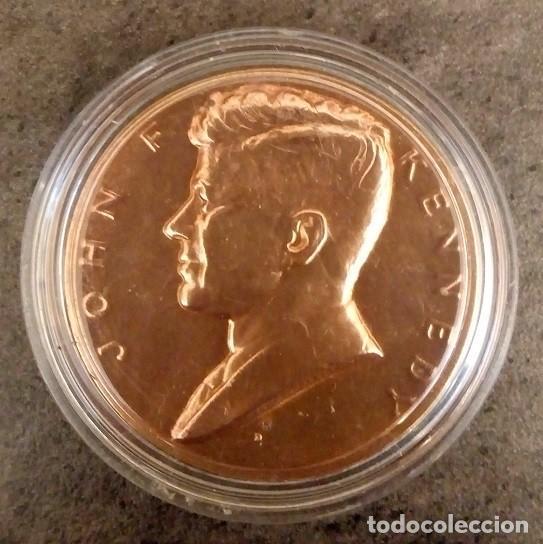 MONEDA CONMEMORATIVA A LA INVESTIDURA PRESIDENCIAL DE JOHN F KENNEDY EN ESTADOS UNIDOS EN 1961 (Numismática - Medallería - Temática)