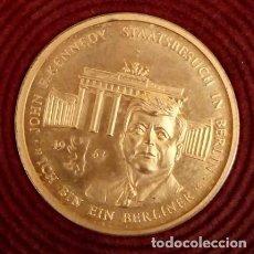 Medallas temáticas: BONITA MONEDA DE JOHN F. KENNEDY 1917 - 1963 CHAPADA EN ORO CON SU CERTIFICADO DE AUTENTICIDAD Y Nº. Lote 234171740