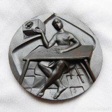 Medallas temáticas: MEDALLA DE LA F.N.M.T. SERIE OFICIOS, TITULADA BORDADOS. Lote 92330540