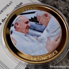 Medallas temáticas: BONITA MONEDA DEL VATICANO DE LA VIDA DEL PAPA FRANCISCO EL ENCUENTRO CON EL PAPA BENEDICTO XVI. Lote 98196451